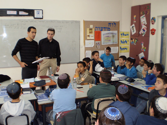 A picture of the Environmental Clinic students, during a lesson.  Author: Naftaly-Direct