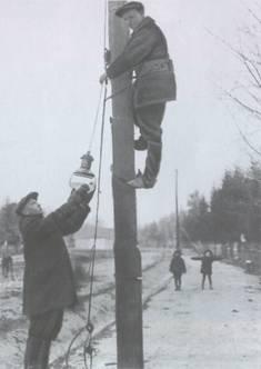 Image (entitled Электрификация деревень. 1934 год) is from История Юго-Запада Москвы:  Юго-Запад в 1917 - 1940 годах  (http://istuzao.moluzao.ru/?dovov)