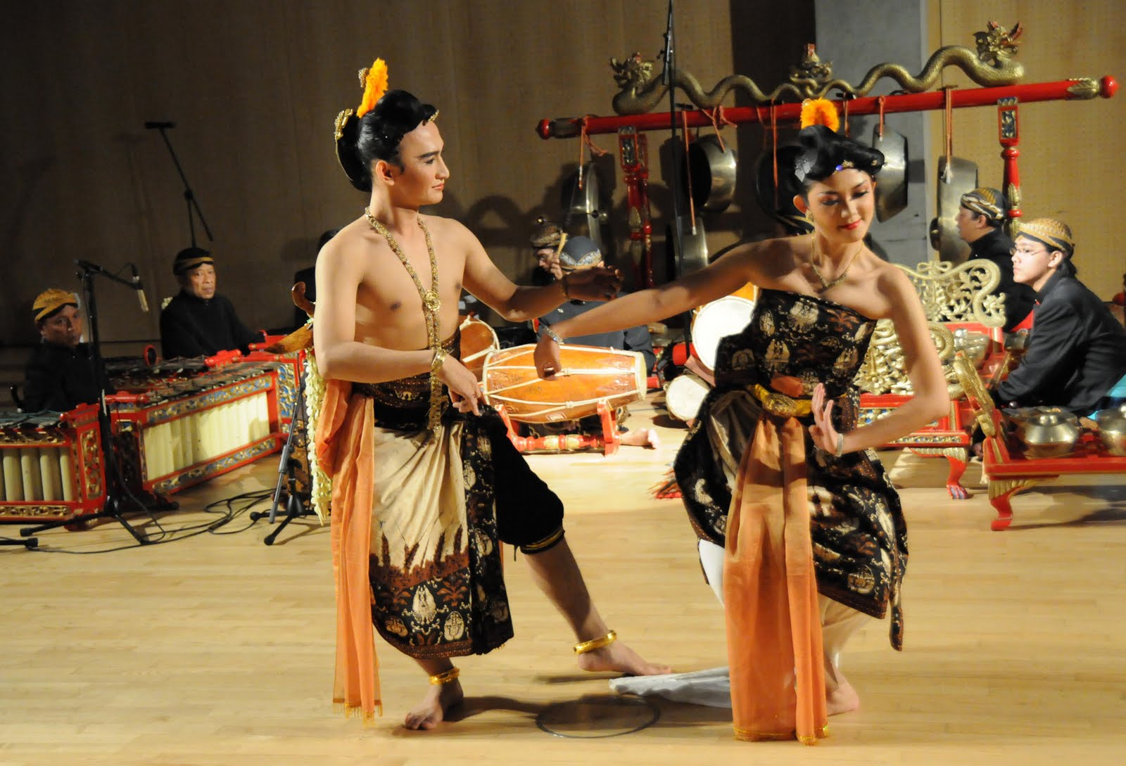 image of a traditional Indonesian Gamelan music concert and dance
