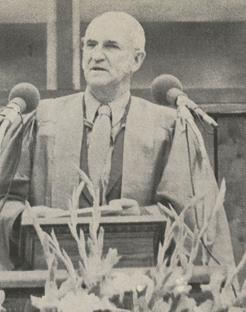 Ensminger Address Berea's Graduates. Image from the Berea Alumnus, July-Aug 1971, Vol. 42, No. 1, p5.