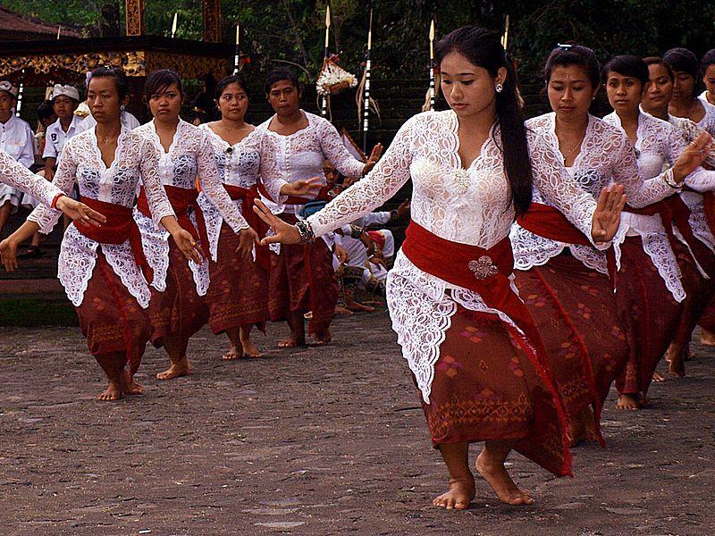 Dance in Pura Tirta Empul, Bali