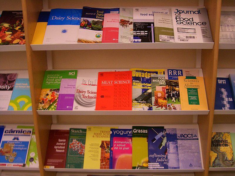 foto showkast met tientallen tijdschriften