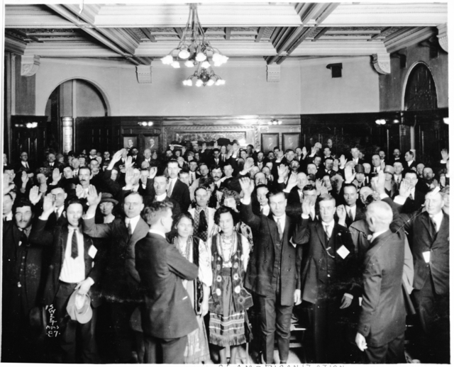Immigrants taking oath of citizenship, 1925.