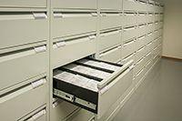 Mikrofilmejä laatikossa.
