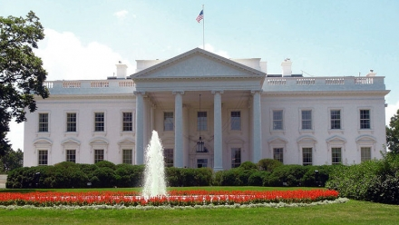 Photo of the White House with the fountain on in front